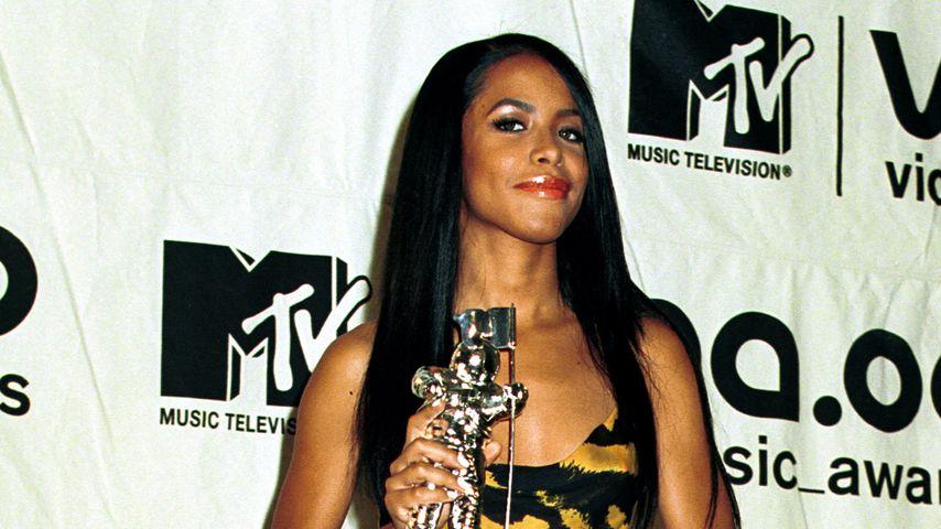 Aaliyah mit ihrem Preis bei den MTV Awards 2000