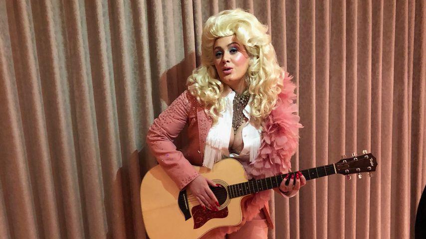Adele als Dolly Parton verkleidet