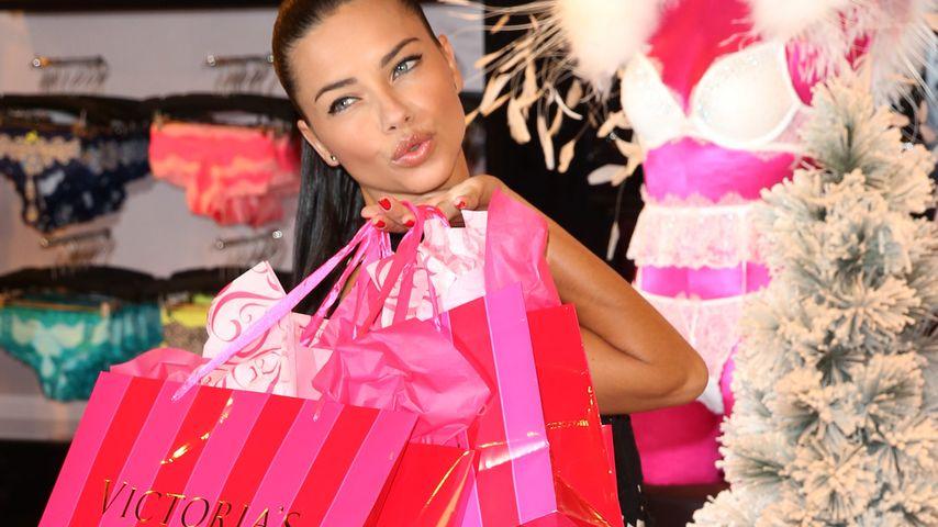Im Wahn? Adriana Lima versinkt in Shopping-Tüten