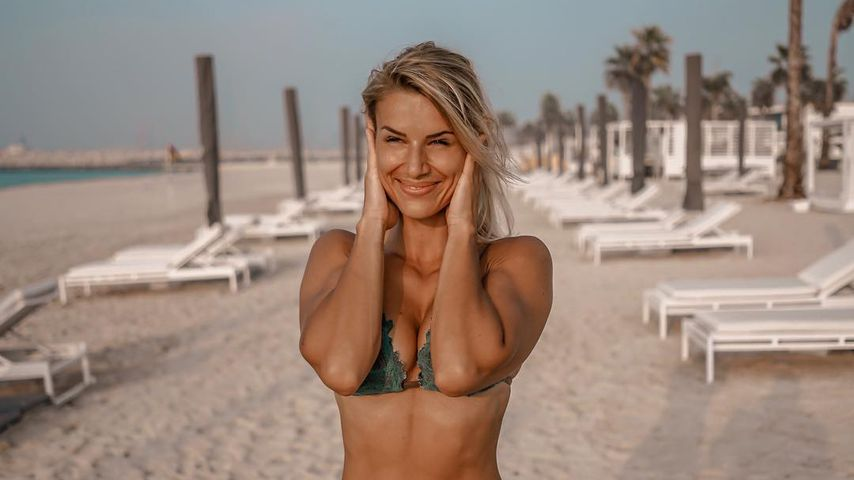 Adrienne Koleszár posiert im Bikini