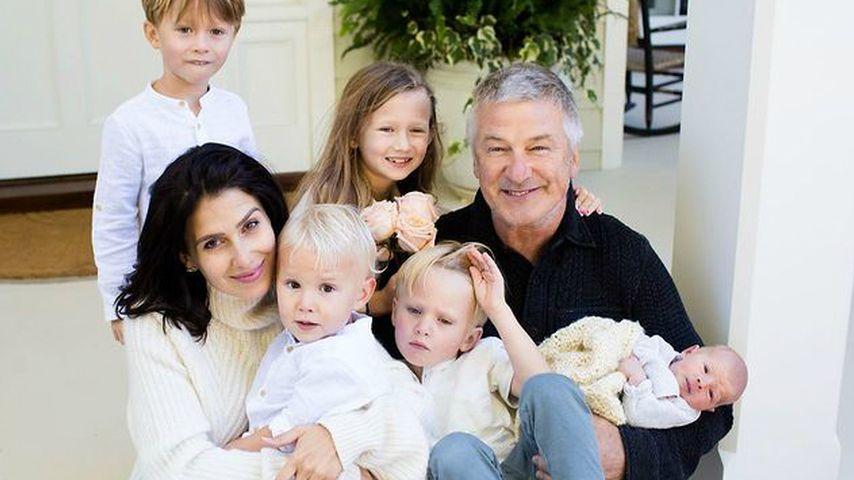 Alec und Hilaria Baldwin mit all ihren Kindern