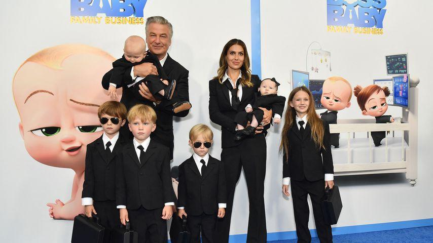 """Alec und Hilaria Baldwin mit ihren Kindern auf der """"Boss Baby 2""""-Premier im Juni 2021"""