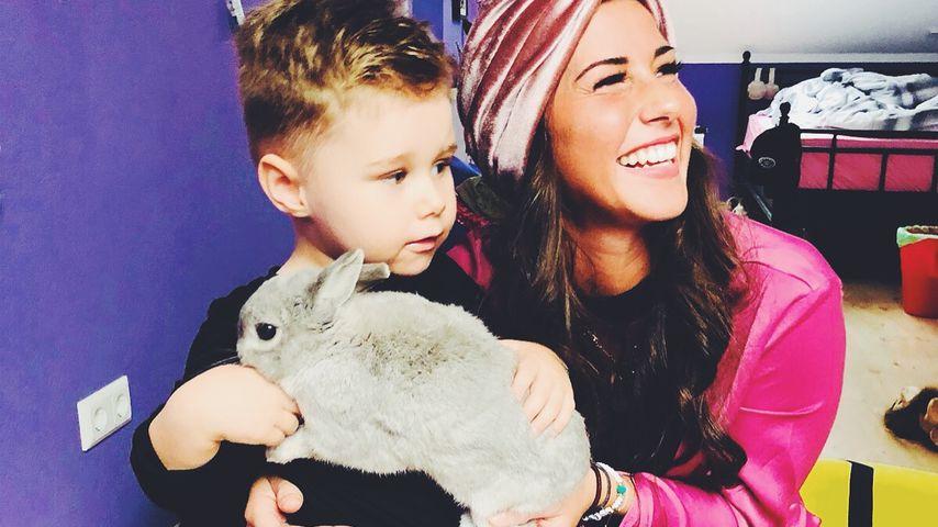 Alessio und Sarah Lombardi mit einem Hasen im April 2018