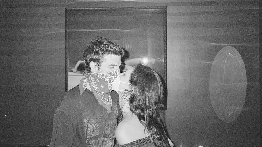 Alex Greenwald und Phoebe Tonkin