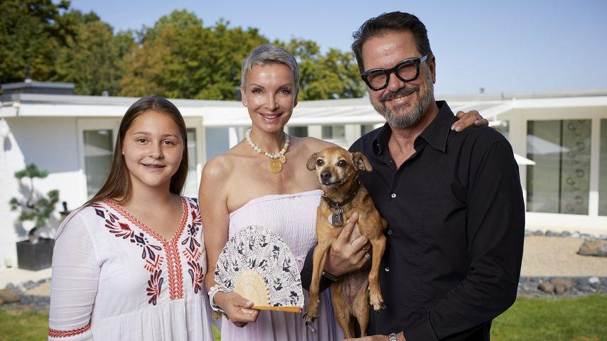 """Alex Jolig (re.) mit seiner Frau Britt und Adoptivtochter Tatjana in """"Plötzlich arm, plötzlich reich"""