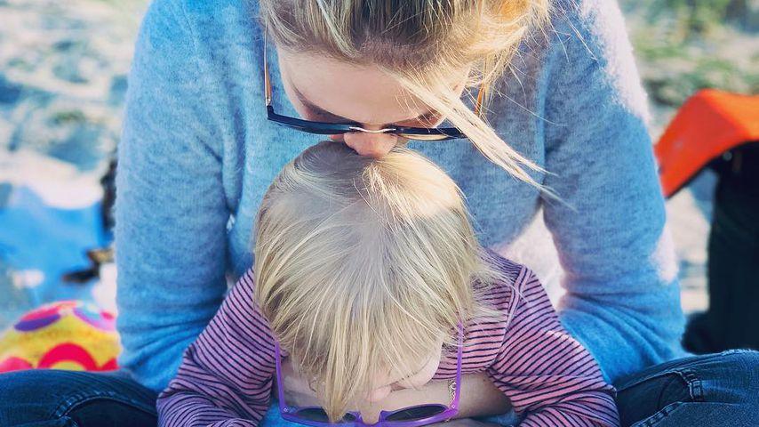 Alina Merkau mit ihrer Tochter im Oktober 2019