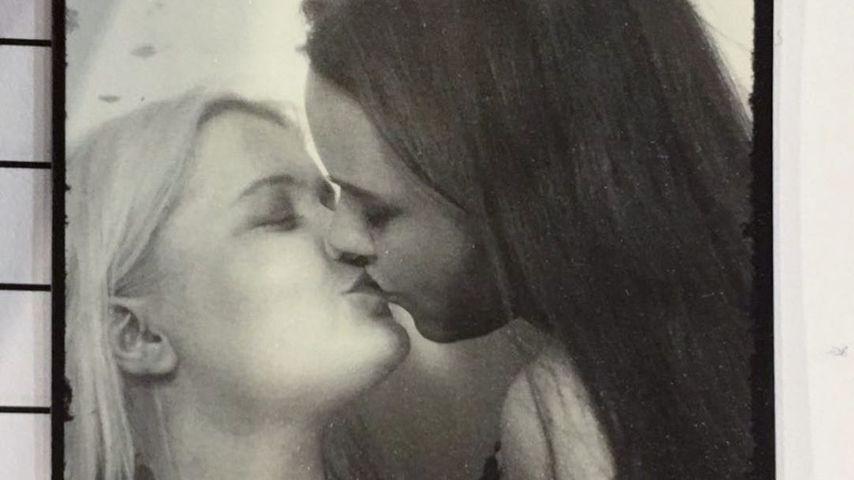 Drei Jahre glücklich: Sängerin Alma küsst ihre Freundin