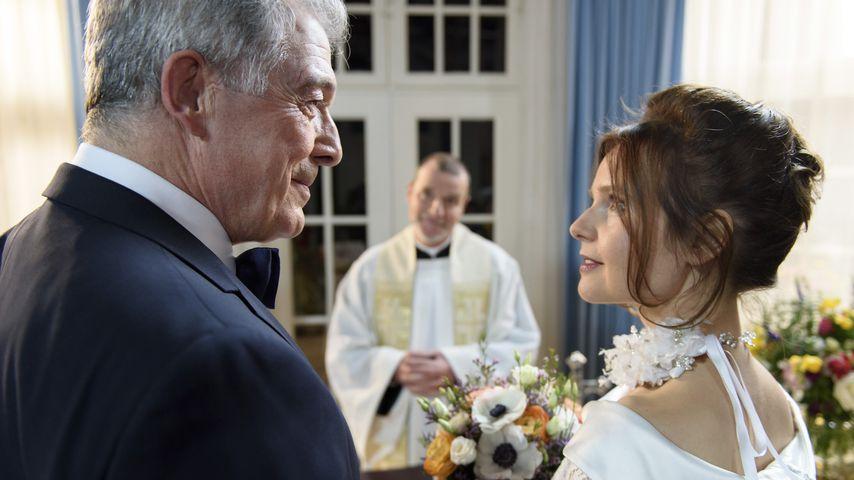 André (Joachim Lätsch, l.) und Melli (Bojana Golenac, r.) bei ihrer Hochzeit