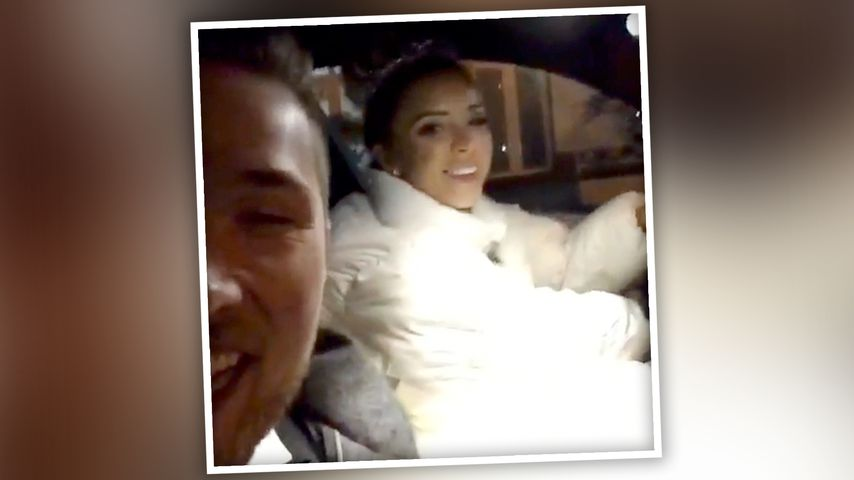 Aneta fährt im Brautkleid Auto