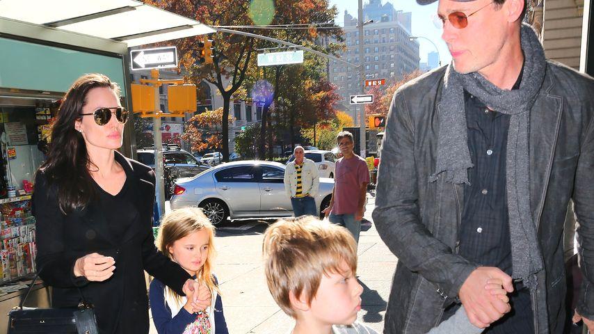 Angelina Jolie, und Brad Pitt mit ihren Zwillingen Knox und Vivienne