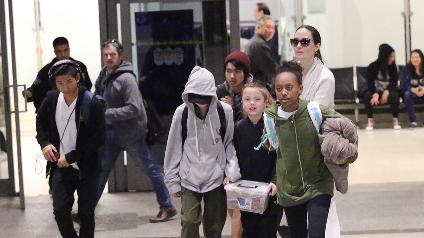 Angelina Jolie mit ihren Kindern am Flughafen von L.A.