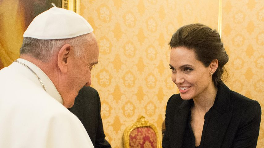 Angelina Jolie und Papst Franziskus I.