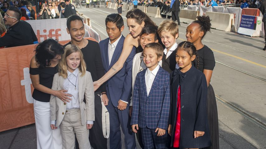 """Angelina Jolie mit ihren Kindern und den Stars des """"First They Killed My Father""""-Films"""