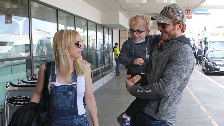 Anna Farris mit Ehemann Chris Pratt und ihrem gemeinsamen Sohn am Flughafen LAX