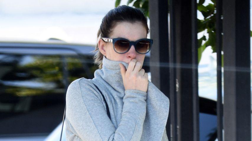 Mega-schwanger! Hier zeigt Anne Hathaway ihre Babykugel