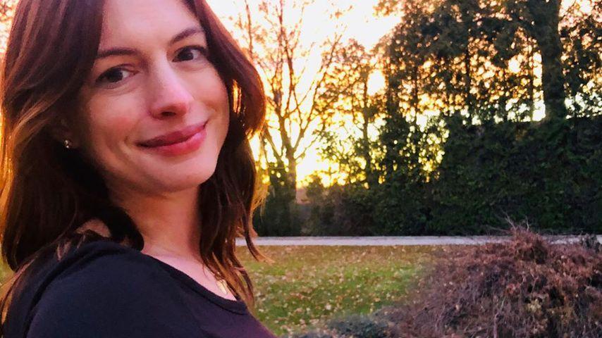 Ungeschminkt: Anne Hathaway teilt süßes Babybauch-Selfie