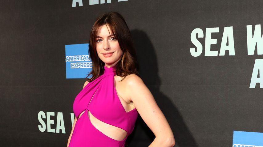 Kugelrund in Pink: Anne Hathaway mit Babybauch am Broadway