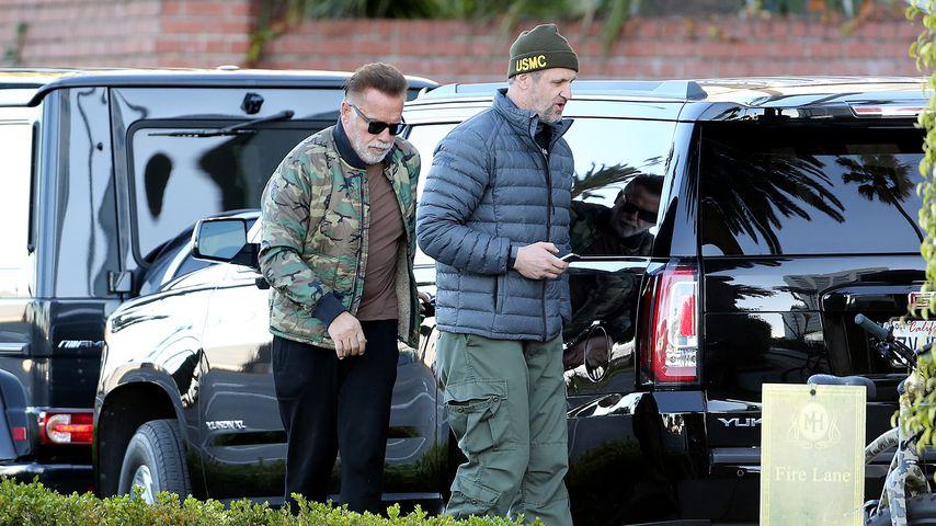 Arnold Schwarzenegger (l.) mit einem Bekannten