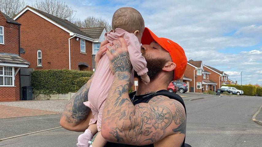 Ashley Cain und seine Tochter Azaylia im April 2021