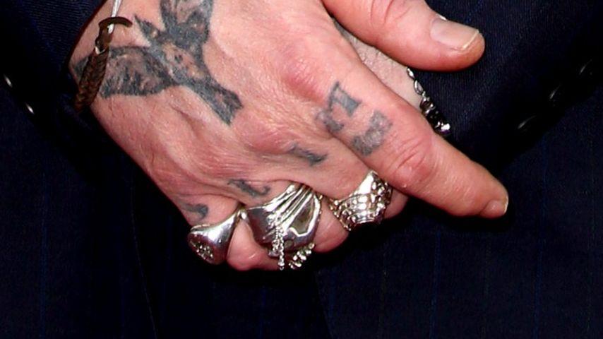 Johnny Depps rechte Hand mit Tätowierungen