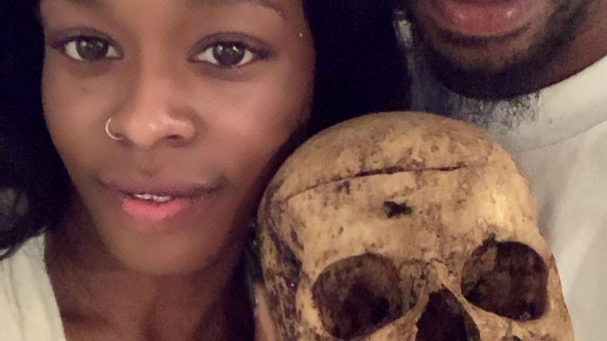Azealia Banks und Matthew Edward Pasterisa mit einem Schädel