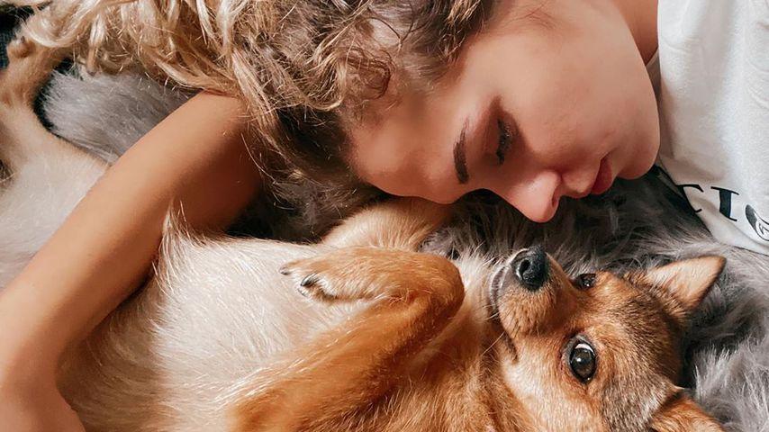 """Bachelor in Paradise""-Kandidatin Janine Christin Wallat mit ihrem Hund Mercedes"