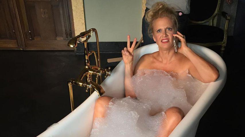 Nackt ins neue Jahr: Barbara Schöneberger grüßt aus Wanne