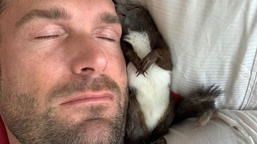 Bastian Yotta mit seinem Eichhörnchen Fritzi