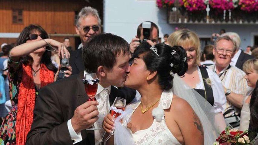 Bauer Josef und seine Ehefrau Narumol auf ihrer Hochzeit 2010