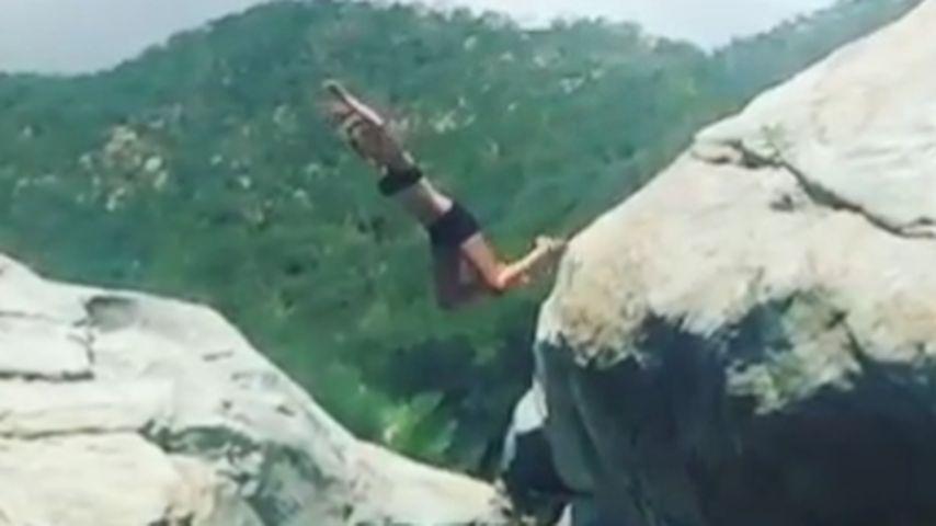 Action-Girl! Hier springt Behati Prinsloo von einem Felsen