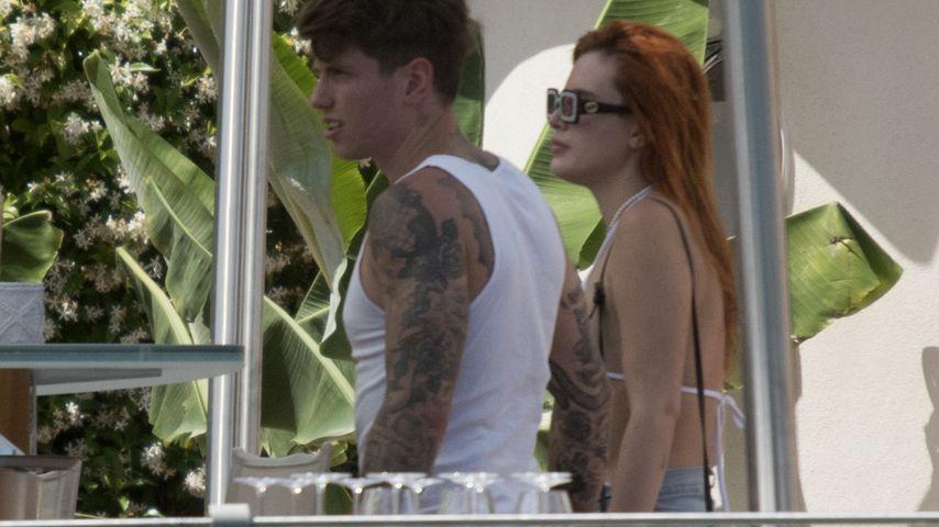 Ganz relaxt: Bella Thorne und Verlobter machen Urlaub am See