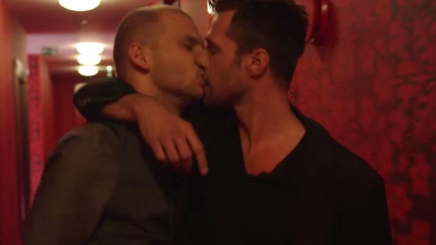 Für guten Zweck: UU-Benjamin Kiss küsst einen Mann