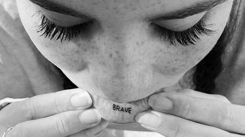 """Betty Taube mit """"mutig""""-Tattoo"""