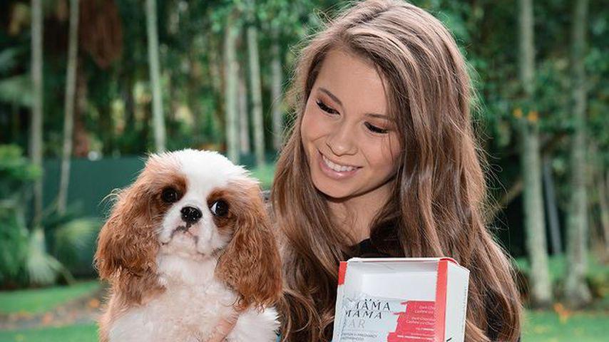 Bindi Irwin mit einem Hund