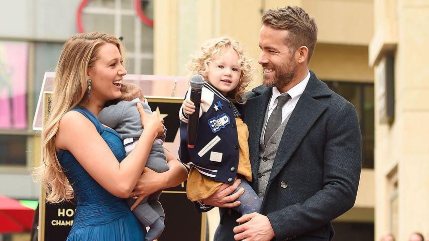 """Blake Lively mit ihren Töchtern und Mann Ryan Reynolds bei seiner """"Walk of Fame""""-Ehrung 2016"""
