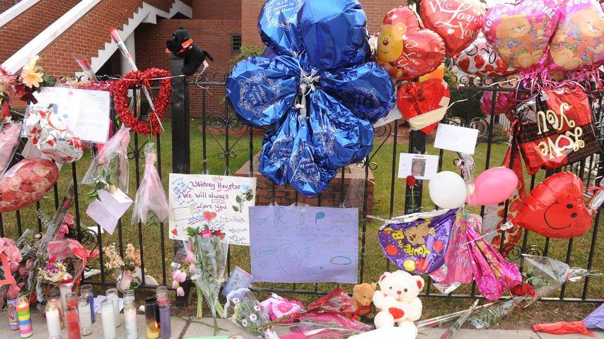 Blumen vor der New Hope Baptist Church für Whitney Houston