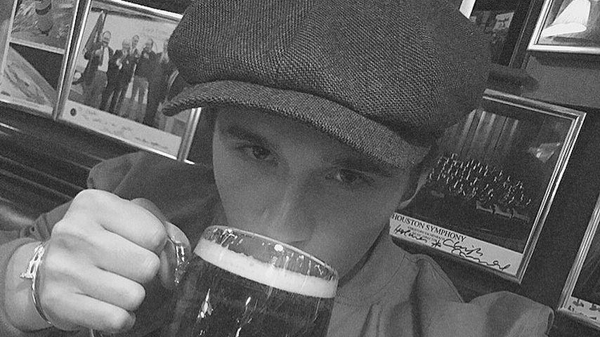 Endlich volljährig: Brooklyn Beckham greift direkt zum Bier!