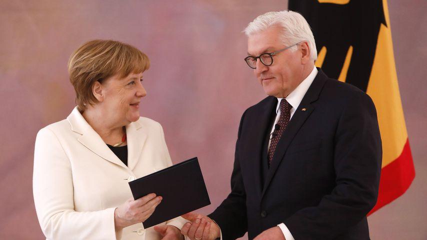 Bundeskanzlerin Angela Merkel und Frank-Walter Steinmeier bei der Übergabe der Ernennungsurkunde