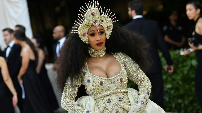 Cardi B vor dem Metropolitan Museum of Art in New York