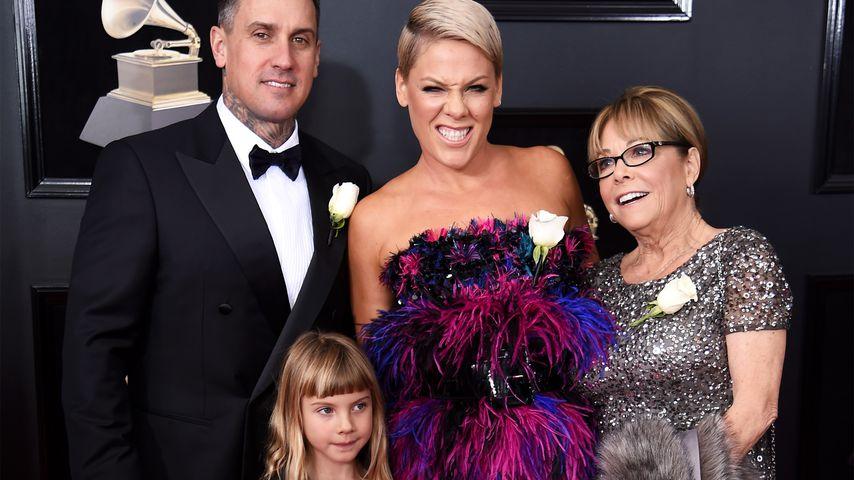 Carey Hart, Pink, ihre Mutter Judith und Willow Hart (vorne) bei den Grammys 2018