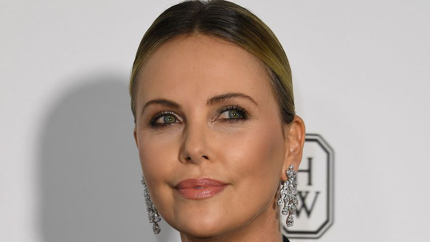 Stylische Mama: Charlize Theron im Casual-Look