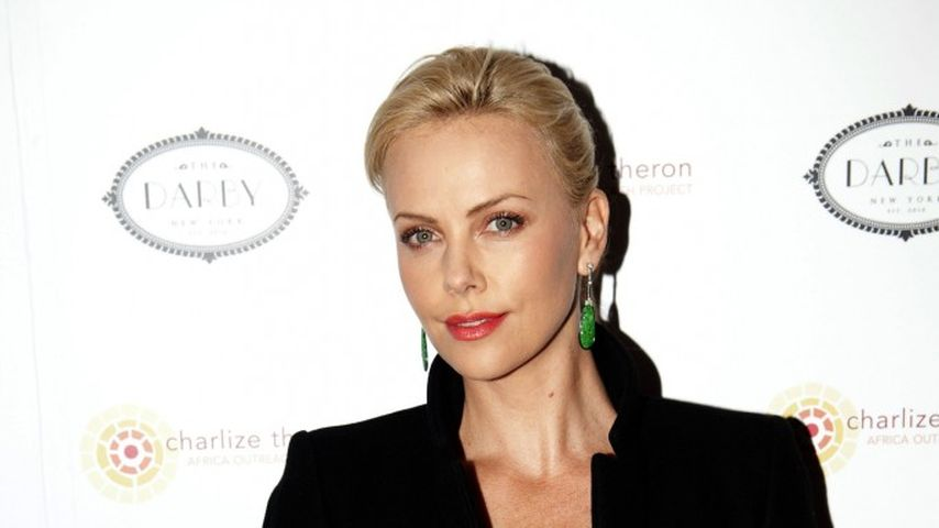 Charlize Theron rockt Versace
