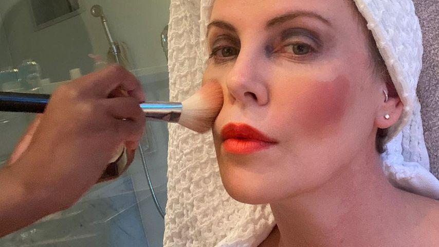Charlize Theron lässt sich von einem ihrer Kinder schminken