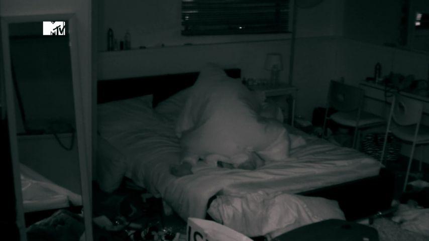 """Chloe Ferry und Charlotte Crosby im Bett bei """"Geordie Shore"""""""