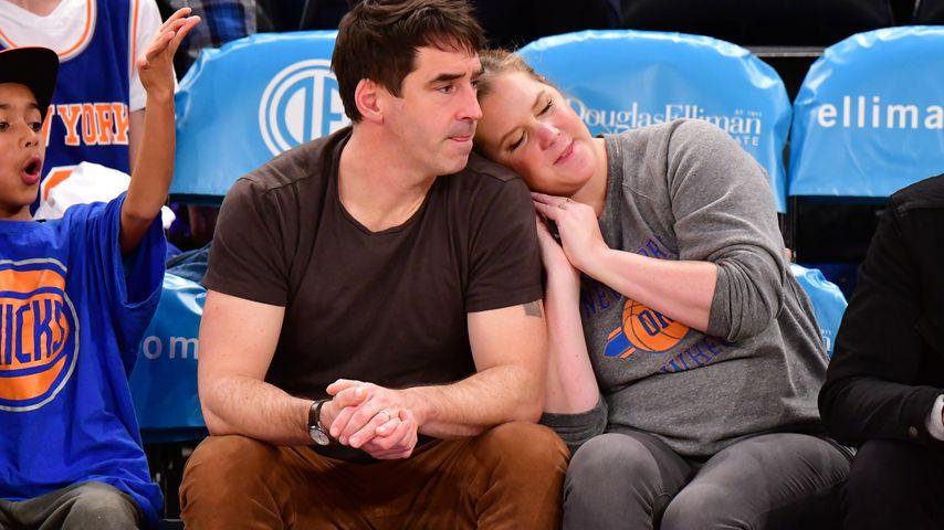 Beim Basketball: Amy Schumer kuschelt verliebt mit Chris