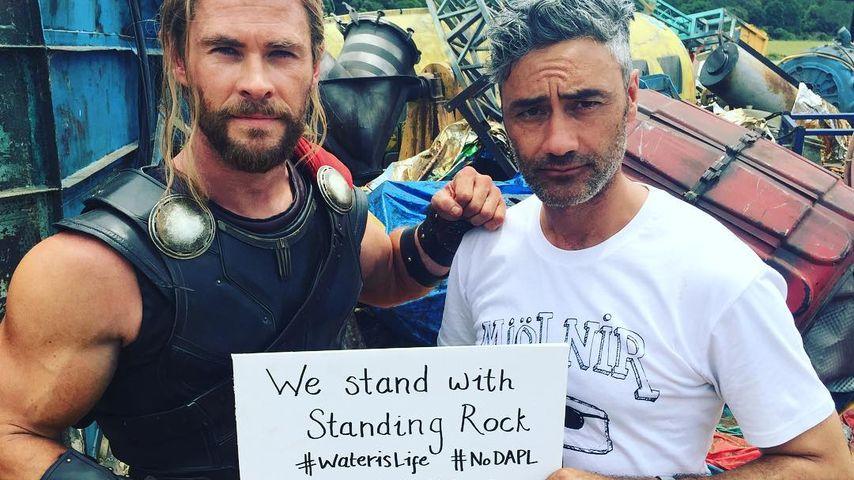 Chris Hemsworth mit einem Statement-Papier am Filmset