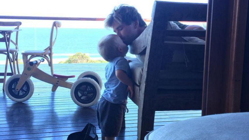 Süßer Vater-Sohn-Moment: Chris Hemsworth küsst seinen Sohn