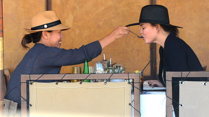 Chrissy Teigen mit ihrer Mutter Vilailuck Teigen in Beverly Hills