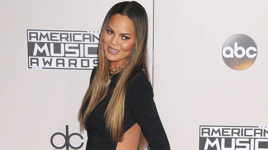 Model Chrissy Teigen zeigt sich bei den American Music Awards im November 2016 in Los Angeles