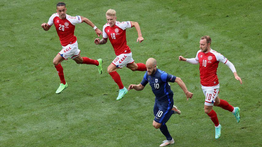 Eine Szene aus dem EM-Spiel Finnland gegen Dänemark